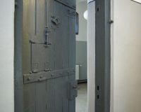 Akustikpuds – celle dør i arresten