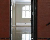 Akustikpuds – indgang til turistkontor fra hall